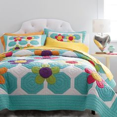 This sweet cotton quilt for kids celebrates Summer with pin-dot patches and appliqué daisies with ruffled centers. The Company Store Quilting Projects, Quilting Designs, Elephant Quilt, Modern Color Schemes, The Company Store, Flower Quilts, Tree Quilt, Hexagon Quilt, Applique Quilts