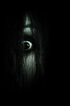'The Grudge', directed by Takashi Shimizu. S) This was too scary for me Horror Photography, Dark Photography, Scary Movies, Horror Movies, Imagenes Dark, Scary Wallpaper, Girl Wallpaper, Horror Artwork, Dark Art Drawings