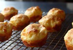 Sposobów na ziemniaki jest miliony. Ten jednak jest naprawdę godny uwagi. Takie kuleczki ziemniaczane są inne niż wszystkie. Puszyste jak chmurka i banalne w wykonaniu. Puff Recipe, Puff Pastry Recipes, Potato Appetizers, Appetizer Recipes, Quiches, Tapas, Potato Puffs, Wing Recipes, Potato Recipes