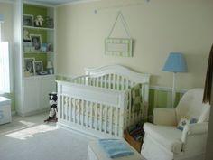 quarto de bebê bem clássico; lindo o berço.