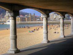San Sebastián / Donostia. Vista de la playa de la Concha y el Ayuntamiento desde el voladizo de los vestuarios.