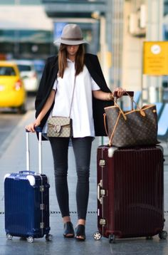 Barbora ondrackova + stays chic + smart + crisp white shirt + dark grey skinny jeans + fashionable slip on mules + structured hat. Travel Outfit Spring, Travel Outfits, Travel Wardrobe, Black Eyed Peas, Gucci Mules, Mode Old School, Maya Diab, Airport Style, Airport Fashion