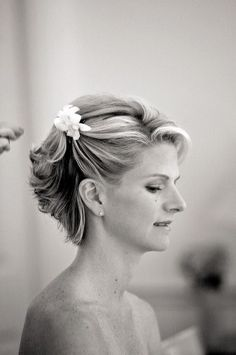short hair with flower for beach wedding