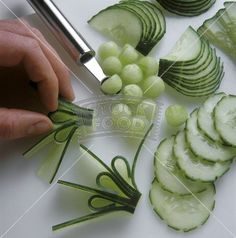 Its amazing how much one can do with just cucumbers Image only (fun food obst) Cute Food, Good Food, Fruit And Vegetable Carving, Food Garnishes, Garnishing, Food Carving, Food Displays, Food Decoration, Food Crafts