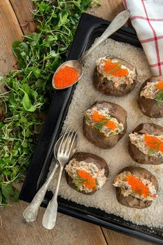 Savulohitäyte ja uuniperuna on klassikko - ei syyttä. Griddle Pan, Tapas, Food And Drink, Chicken, Meat, Baking, Cook, Grill Pan, Bread Making