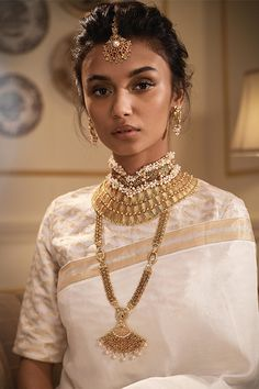 The charm that comes with a gold choker necklace can never be replicated with any other kind of bridal necklace styles. But how many varieties of gold choker necklace can a bride-to-be really wear? Indian Dresses, Indian Outfits, Indian Wedding Makeup, Indian Makeup, Indian Aesthetic, South Indian Bride, Indian Attire, Indian Wear, Mode Hijab