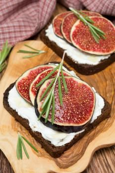 Canapes with goat cheese and figs Clean Eating Snacks, Healthy Snacks, Healthy Recipes, Finger Food Appetizers, Appetizer Recipes, Tapas Menu, Deli Food, Recipes From Heaven, Creative Food