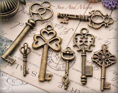 Desbloquea tu creatividad con este conjunto de claves de estilo vintage.  7 claves únicas para usar como colgantes, amuletos o incluso recuerdos del scrapbooking.  Las teclas vienen en un hermoso acabado bronce envejecido de vintage.  Mi favorito personal es la clave de gato!  Mucho amor El sol y Luna