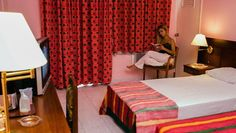 Localizado en el área del Vedado, cerca del malecón de La Habana. Abierto en 1952, los servicios proporcionados por el Hotel vedado y su importante localización han hecho del Vedado uno de los hoteles más buscados en el centro de La Habana. Tiene cuartos y pasillos anchos, con gran comodidad y atmósfera tranquila. #hotel #habana #cuba