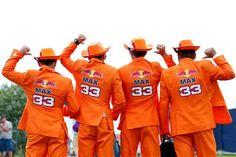 Nederlandse Verstappen-fans in oranje pakken.