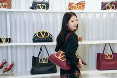 Park Shin Hye Attends Valentino Event in Seoul Decked Out Head to Toe in Brand Fall Styles | A Koala's Playground Leather Bag Design, Asia, All Black Looks, Valentino Bags, Park Shin Hye, Black Pantyhose, Flower Boys, Korean Actresses, Head To Toe