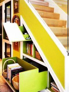 階段下が引き出せる本棚に