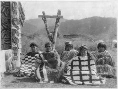 Maori women wearing Kahu huruhuru (feather cloaks) and korowai (tag cloaks), seated outside Te Whai-a-te-Motu meeting house at Mataatua. The woman holding the patu is the wife of Te Whenuanui II. Haka New Zealand, New Zealand Art, Old Photos, Vintage Photos, Once Were Warriors, Maori Tribe, Polynesian People, Contemporary Tapestries, Maori People