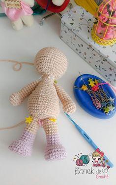 ^ Corpinho Passo a P. Crochet Baby Toys, Crochet Doll Clothes, Crochet Animals, Crochet Dolls, Amigurumi Patterns, Amigurumi Doll, Love Crochet, Knit Crochet, Crochet Squares