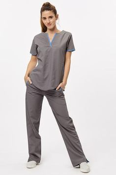 Tefi Poly azul con fucsia Salon Uniform, Spa Uniform, Scrubs Uniform, Doctor Scrubs, Beautiful Nurse, Medical Scrubs, Nurse Scrubs, Nursing Accessories, Medical Uniforms
