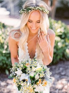 Peinado de Novia Pelo Suelto con pequeñas flores blancas