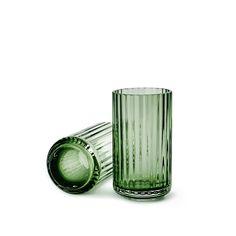 Il Vaso Lyngby in vetro H 12 cm fa parte di un'ampia collezione di vasi in vetro di dimensioni e colori differenti. Con la sua altezza di appena 12 centime...