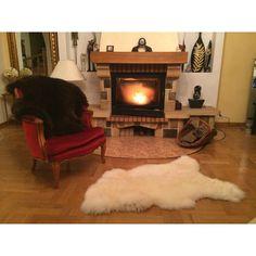 Noire ou blanche? Et si on prenait les deux?! Retrouvez nos magnifiques peaux d'agneau sur www.sheepandtales.com