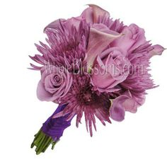 These lavender mini callas, roses and spider mums welcome the arrival of Spring and Summer weddings providing to your wedding flowers a two-tone lavender effect.