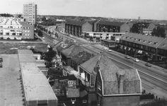 Panorama van Delftwijk en het Vondelkwartier vanaf het Marsmanplein. Te zien zijn gedeeltes van de Jan Campertstraat en de Muiderslotweg en de Rijksstraatweg tot en met het Delftplein, 1966