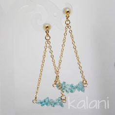 Boucles d'oreille en apatite bleue et chaine dorée par kalaniparis