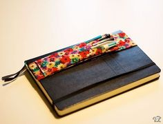 Pen holder for mobile notebooks (free tutorial & DIY) & Tutolibre Organization Bullet Journal, Purse Organization, Diy Couture, Couture Sewing, Small Sewing Projects, Sewing Hacks, My Planner Colibri, Free Notebook, Notebook Covers