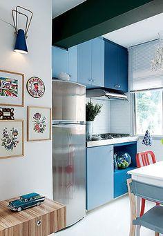 """Cozinha pequena, mas quanta personalidade não? O azul representa a calma e brincar com os tons de azul você consegue colorir com discrição. Essa é uma boa opção para quem tem receio de usar cor. Use a mesma cor no famoso """"tom sobre tom"""""""