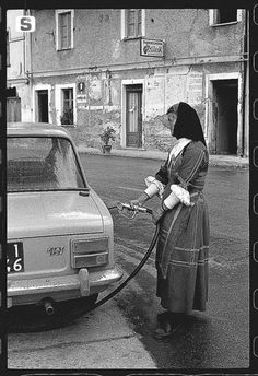 Sardegna DigitalLibrary - Immagini - Desulo, la benzinaia Giuseppa Floris, 1974