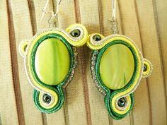Kolczyki z jasnozielonymi koralikami. / Earrings with light green beads.