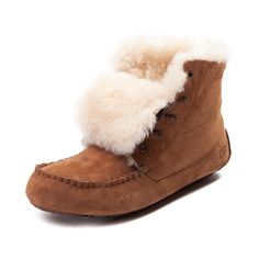 Boldly take on any climate with the new Chickaree Bootie from UGG! Sporting a versatile design with comfort in mind, the Chickaree Bootie flaunts a mid-top style constructed with premium sheepskin uppers, warm fleece lining, and moc-toe stitching for unique appeal.