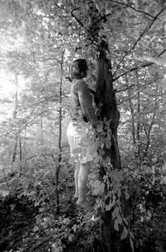 """""""Tuzla, juillet 1995. Ferida Osmanovic s'est pendue à un arbre, à proximité de la base aérienne de l'ONU. Elle faisait prtie des 25 000 civils bosniaques expulsés de l'enclave de Srebenica par les Serbes de Bosnie."""" Photo Darko Bandic."""