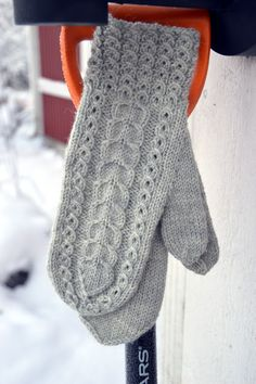 Knitted Mittens Pattern, Knit Mittens, Knitted Gloves, Knitting Socks, Knitting Patterns, Norwegian Knitting, Grey Gloves, Fingerless Mittens, Knit Crochet