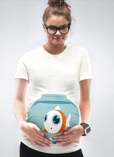 mujer con playera de embarazada con una pecera y un pez naranja