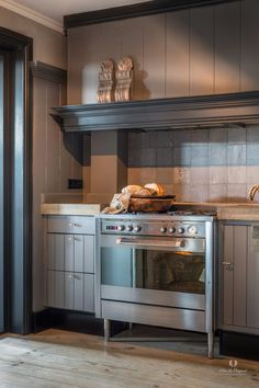 A perfect kitchen love the colours! Cabinet is painted in the colour Elephant Skin, door frame and trim strip in the colour Black Smoke. Country Kitchen, New Kitchen, Kitchen Dining, Kitchen Ideas, Kitchen Cupboards, Kitchen Appliances, Dining Area Design, Kitchen Paint Colors, Elegant Home Decor