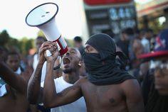 * Pas de retour au calme à Ferguson où Mike Brown, jeune noir de 18 ans a été abattu par la police après une banale histoire de vol à l'étalage. Depuis, en réaction à ce crime raciste, toute une partie de la population locale affronte la police, pille...
