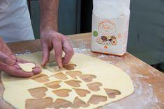 💖 You'll find the recipe at www. 💐🌷 Photo by Anna Werr. Gluten Free Cakes, Gluten Free Baking, Gluten Free Recipes, Heart Shaped Cookies, Glutenfree, Anna, Desserts, Food, Gluten Free Breads