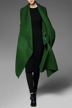 Shop pokwai green asymmetrical coat with pockets here, find your coats at dezzal, huge selection and best quality. Green Fashion, Winter Fashion, Style Fashion, Frock Fashion, 1960s Fashion, Fashion Tips, Asymmetrical Coat, Moda Formal, Look 2018
