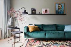 Groene velvet bank voor een lichtgroene muur bij Arno en Mariska uit aflevering 3, seizoen 8 | Make-over door: Frans Uyterlinde | Fotografie Barbara Kieboom