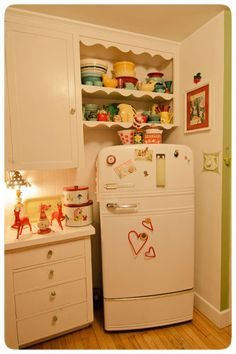 Vintage-Fridge I want wear my glasses, covered in flour and read old recipes for baking cookies Vintage Fridge, Vintage Kitchen, Vintage Refrigerator, 1950s Kitchen, Cute Kitchen, Country Kitchen, Kitchen Ideas, Happy Kitchen, Kitchen Cupboard