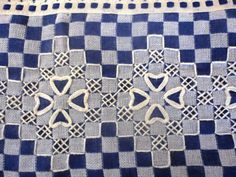 Discover thousands of images about tendtudoartesanato: Bordado Tecido Xadrez Mais Chicken Scratch Patterns, Chicken Scratch Embroidery, Hand Embroidery Flowers, Sashiko Embroidery, Bordado Tipo Chicken Scratch, Check Material, Quilting, Hand Stitching, Gingham