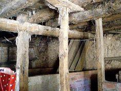 Casa de piedra de la panera. Vigas de enebro en excelente estado de conservación en casa de piedra. Fontioso, Burgos, Castilla y León.