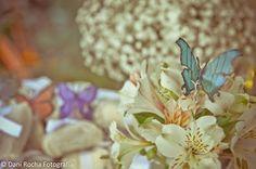 decor com borboletas na mesa de café