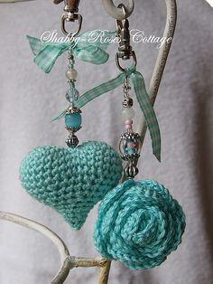 DIY; crochet Heart & Aqua Rose Chaveiros com pingentes em croche (receitas nestes Pins), sugestão para presente.