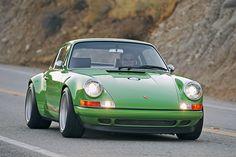 Die Sportwagen-Schmiede Singer krempelt klassische Porsche um – auf eine faszinierende wie Anstoß erregende Weise. Hier ein verdammt scharfer Porsche 911 Targa der Kalifornier.