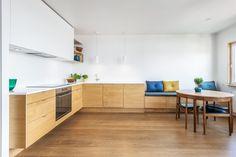 Los muebles de esta cocina son de IKEA, sin embargo las puertas, cajones y la encimera son de Studio10. Me gusta (1) la combinación: muebles inferiores de madera y muebles superiores blancos; (2) la campana integrada en los armarios y la encimera de color claro; (3) los armarios superiores hasta el techo; (4) el suelo de madera