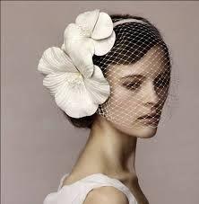 La tendencia floral no se queda de lado y unas flores junto al velo lucirán  muy bien. Recuerda que los tocados definen la personalidad de la novia bb127c45181