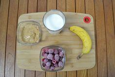 Voy a utilizar los siguientes ingredientes: leche semidesnatada, plátano, mantequilla de cacahuete casera y frambuesas congeladas.