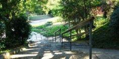 Parc de Joan Brossa.Este parque está situado en el Montjuich, y por ello ofrece unas increíbles vistas de Barcelona. En él todavía perviven algunas estatuas del desaparecido parque de atracciones, y además, hay una serie de juegos sonoros desperdigados por todo el parque que harán las delicias de los más pequeños.