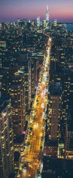 Enseñaremos a los niños esta foto de Nueva York y les diremos que tienen que crear su propia ciudad de rascacielos. Así que en un folio con pinturas tendrán que dibujarla.