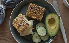 Langpannebrød med havregryn og cottage cheese - Kvardagsmat Cottage Cheese, Lchf, Scones, Paleo, Food And Drink, Baking, Vegetables, Bakken, Vegetable Recipes